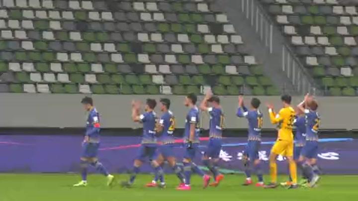 江苏球迷真幸福 苏宁球员赛后与球迷欢庆