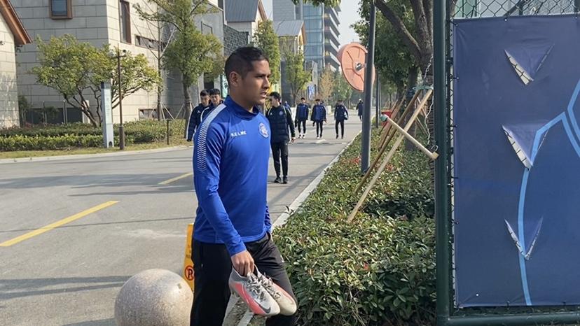 昆山FC赛前训练氛围轻松 萧涛涛与队友打成一片