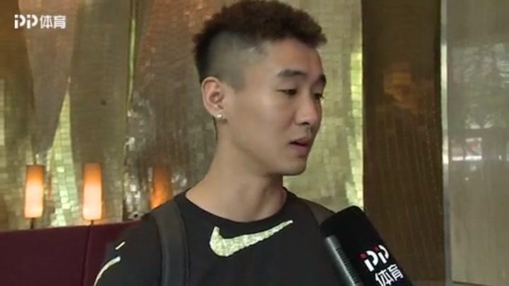 国足集结被艾克森抢光风头 镜头前秀中文:加油中国