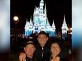 家人团聚!埃尔克森带父母逛上海迪士尼看炫丽烟花秀