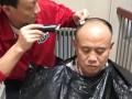建业主帅化身Tony老师 王宝山亲自为球队助教修剪发型
