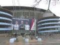 曼城比赛为何取消?伊蒂哈德大雨瓢泼 英国人都打起了伞