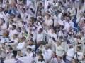 皇马赛前拉莫斯展示西超杯奖杯 伯纳乌数万球迷山呼海啸