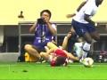 足球场上暴力铲抢凶狠犯规合集!锁喉爆头+断腿飞铲