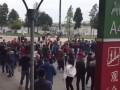四川足球今夜冲甲 都江堰体育场外排起长龙一票难求