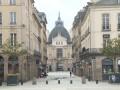 疫情下的法国城市之雷恩:市中心行人寥寥 鸽群热闹逐食