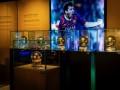 梅西第6座金球奖在诺坎普博物馆展出 球迷纷纷前来参观合影