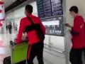 恒大球员带上口罩走出机场 武汉籍球员梅方忧心忡忡