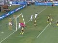 澳超惊现神奇一幕!球员进球后撞坏门柱 现场换球门比赛推迟