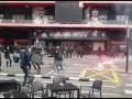 抄家伙上!巴萨瓦伦极端球迷街头乱斗 焰火+椅子全成武器