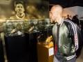 服!巴萨新援参观博物馆:梅西让人怀疑现实 要帮梅西赢更多金球