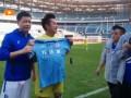 老万达VS香港明星足球队 周军赛后给谭咏麟赠送一方签名球衣