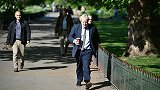 解封前,英国大批民众外出度假 首相约翰逊不戴口罩在公园散步