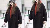 """唐嫣热巴机场新宠,今年女都爱上了拎着""""塑料袋""""逛街"""