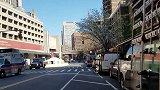 美国费城一男子未戴口罩出行 被警察强行拖下公交车