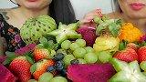 微笑姐和妹妹NE吃超多丰富的水果