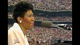 【摔跤狂热3】艾瑞莎·弗兰克林献唱《美丽的亚美利加》