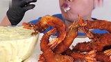 眼镜小哥,吃这种超过40CM里的大虾,网友看着留口水