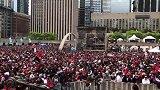 猛龙夺冠开始!多伦多市人山人海红旗招展 锣鼓喧天鞭炮齐鸣!
