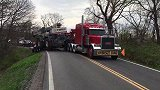 下面这些是国外的卡车救援,这种服务态度,值得咱们学习!