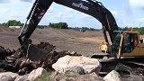 沃尔沃 EC290B挖掘机和 沃尔沃 A30D装载机工作中
