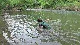 妹子在河里洗澡,意外抓到大货,不料妹子竟然抓不上岸