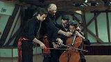 四个男人用一把大提琴演奏莫里斯拉威尔名曲《波莱罗舞曲》