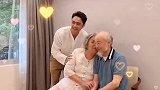 新晋奶爸明道陪父母拍照,让二老亲吻爸爸一脸害羞