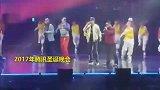 马化腾嘻哈装扮 腾讯北京年会演唱《至少还有你》
