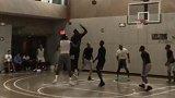 篮球-17年-纽约好大哥!安东尼陪同尼克斯新秀球馆训练-新闻