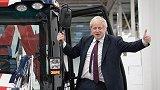 """约翰逊开推土机撞墙?政治秀!为拉选票英首相推倒""""脱欧僵局"""""""