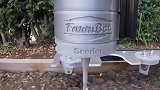 老外发明种菜机器人,自动完成播种浇水除草,过程就像玩qq农场