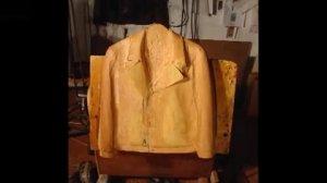 创意生活-20140318-美国艺术家雕刻出以假乱真木制衣帽